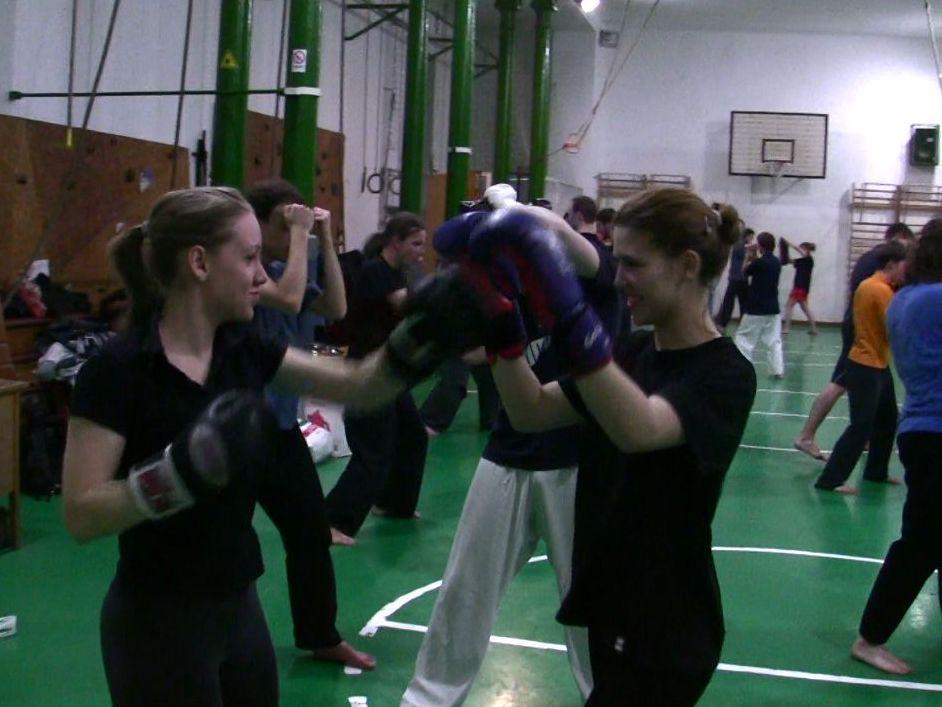 Nem csupán fiúknak. A modern ninjutsu edzéseken hatékony női önvédelmet tanulhatsz.