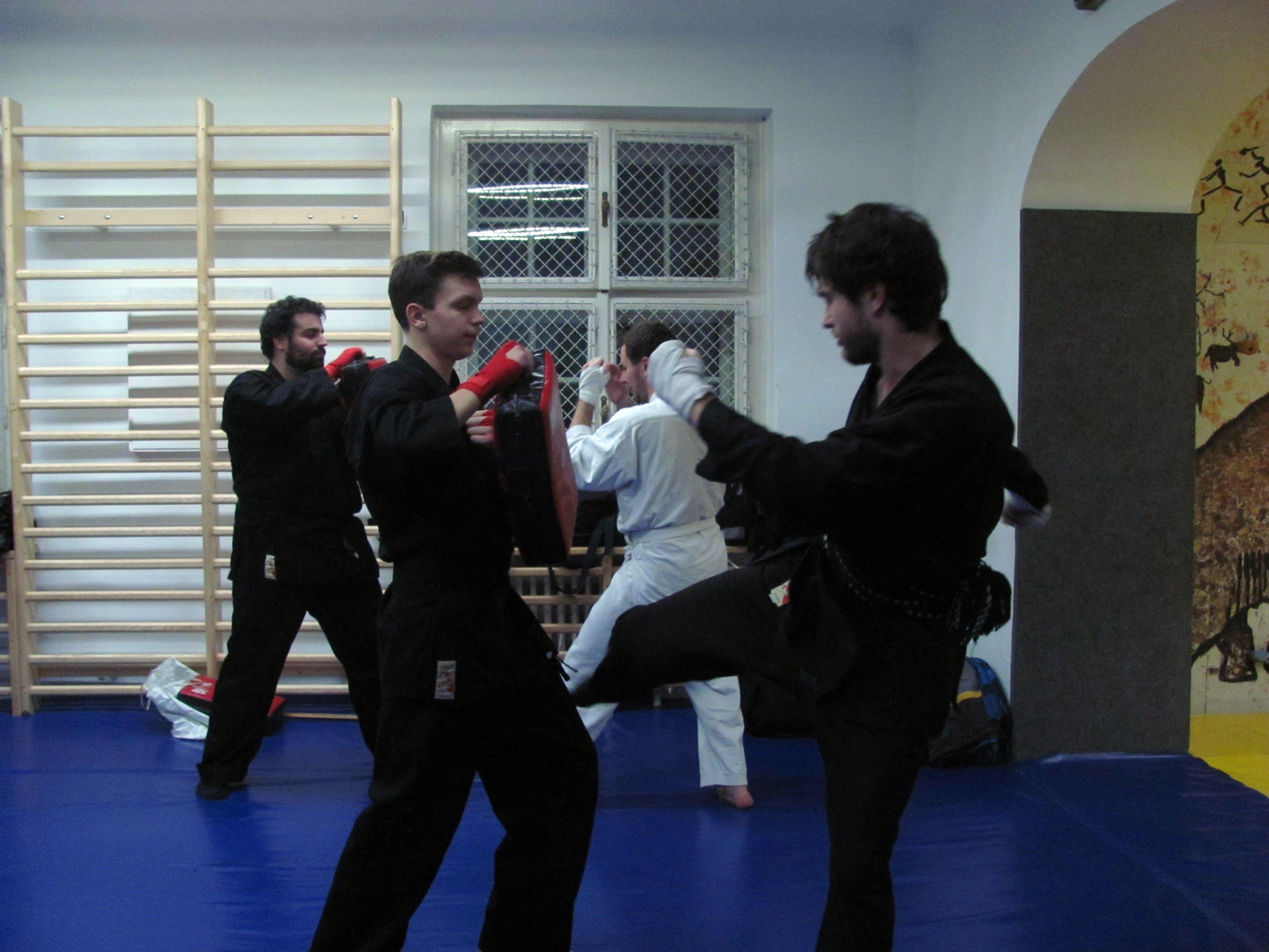 Harcművészeti edzés diákoknak a Szent Imre Gimnázium tatamis termében.